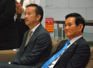 Mr. Chaiwat Kovavisarach (left) and Prof. Worsak Kanok-Nukulchai.